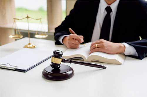 自己破産を検討しているなら弁護士へ
