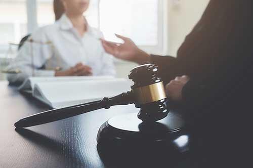 相手が弁護士を立ててきた場合には、自身も弁護士を立てて対策を